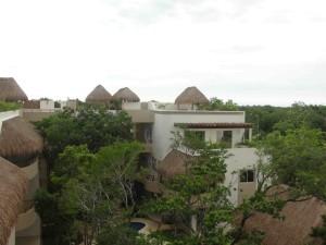 Zama Village, un edificio de condominios de lujo, respetando el estilo natural de Aldea Zamá.