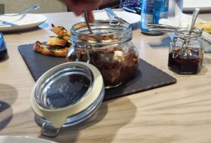 burrata con caponata de berenjenas en restaurante anatol